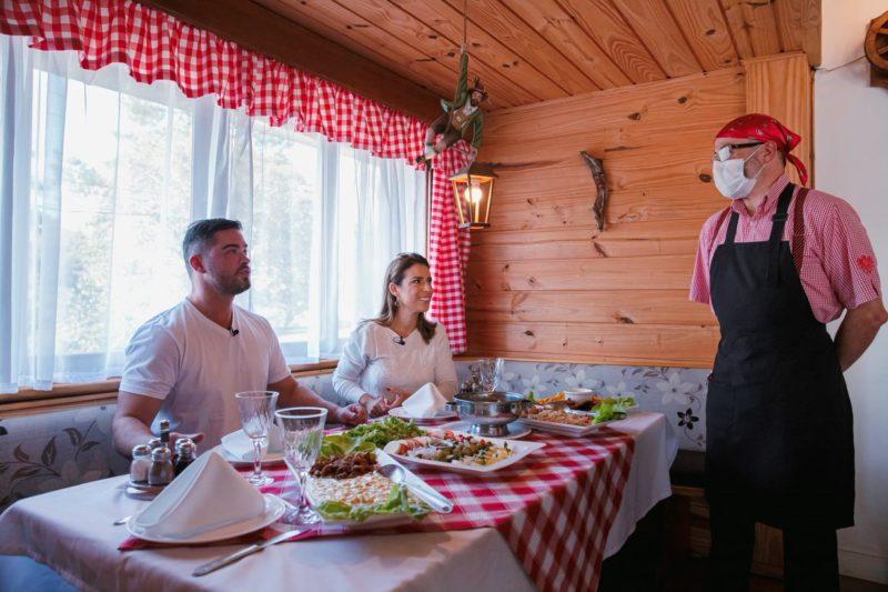 Garçom do Hotel Tirol explica os pratos típicos. – Foto: Agência Somenzi