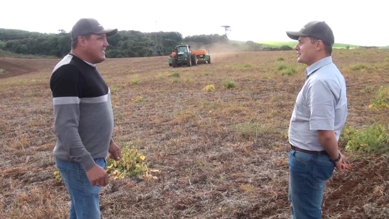 Alexsandro recebe acompanhamento técnico da Cooperativa para realizar o plantio – Foto: Divulgação/ND