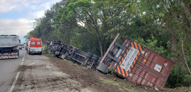 Caminhão saiu da pista e tombou no acostamento da BR-470, em Ascurra – Foto: Divulgação/Bombeiros Voluntários de Ascurra, Apiúna e Rodeio/ND