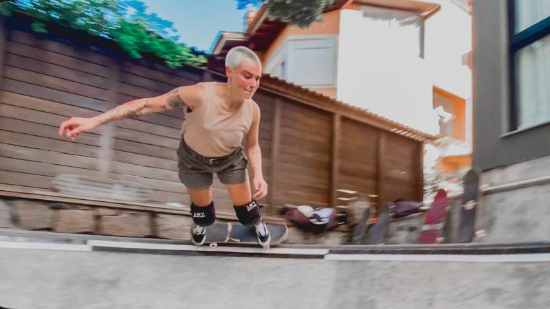 Giulia não deixa de fazer suas manobras no skate, sua paixão – Foto: Arquivo pessoal/Divulgação/ND