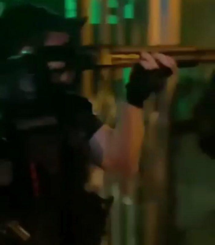 Guarda partiu para cima das pessoas, e empurrou jovem com a arma – Foto: Reprodução