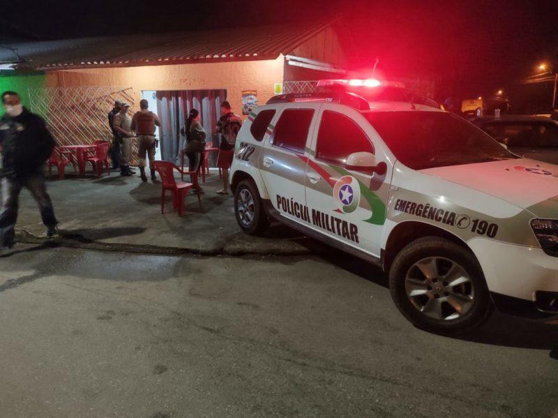 Homem foi morto a tiros no próprio bar em Joinville – Foto: Juliano Masselai/NDTV