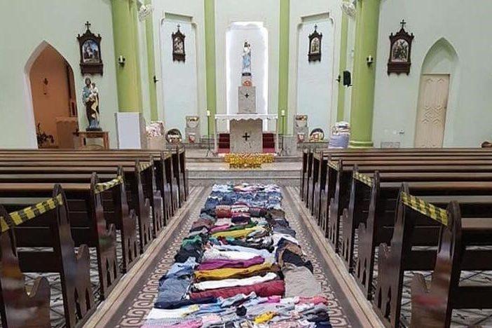 Igreja de Blumenau monta tapete de Corpus Christi com roupas e alimentos doados – Foto: Divulgação/Paróquia Nossa Senhora da Glória