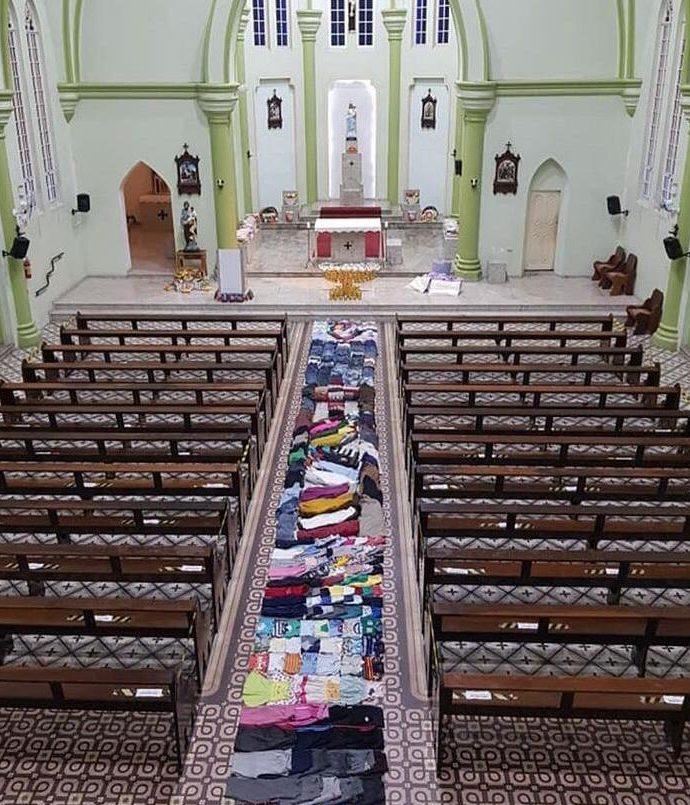 Igreja de Blumenau monta tapete de Corpus Christi com roupas e alimentos doados - Divulgação/Paróquia Nossa Senhora da Glória