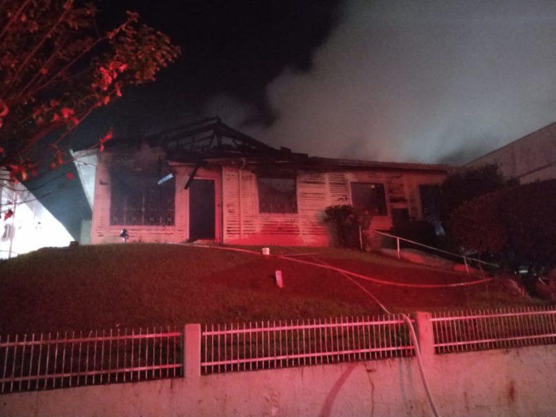 Incêndio foi registrado na avenida 7 de setembro, no Centro – Foto: Bombeiros Voluntários de Caçador/Divulgação/ND
