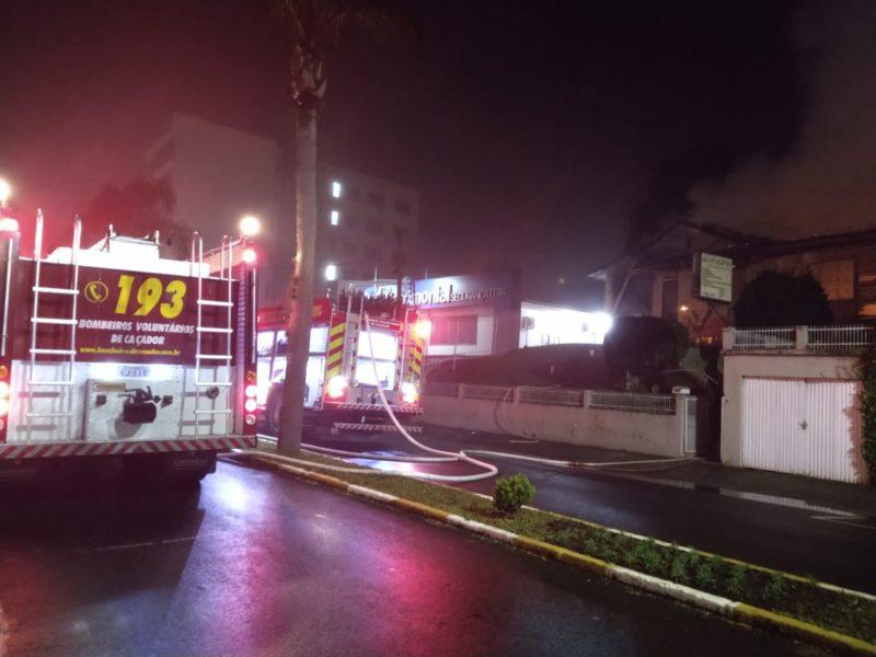 Proprietário do imóvel não foi identificado até a conclusão do rescaldo – Foto: Bombeiros Voluntários de Caçador/Divulgação/ND