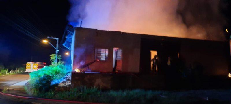 Barracão que funcionava uma fábrica de estofado ficou completamente destruído em incêndio – Foto: Corpo de Bombeiros/Divulgação/ND