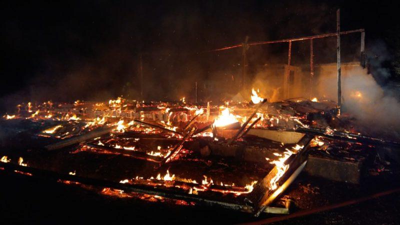 Casa de aproximadamente 100 m² ficou completamente destruído em incêndio registrado nesta madrugada de sexta-feira (4) – Foto: Corpo de Bombeiros/Divulgação/ND