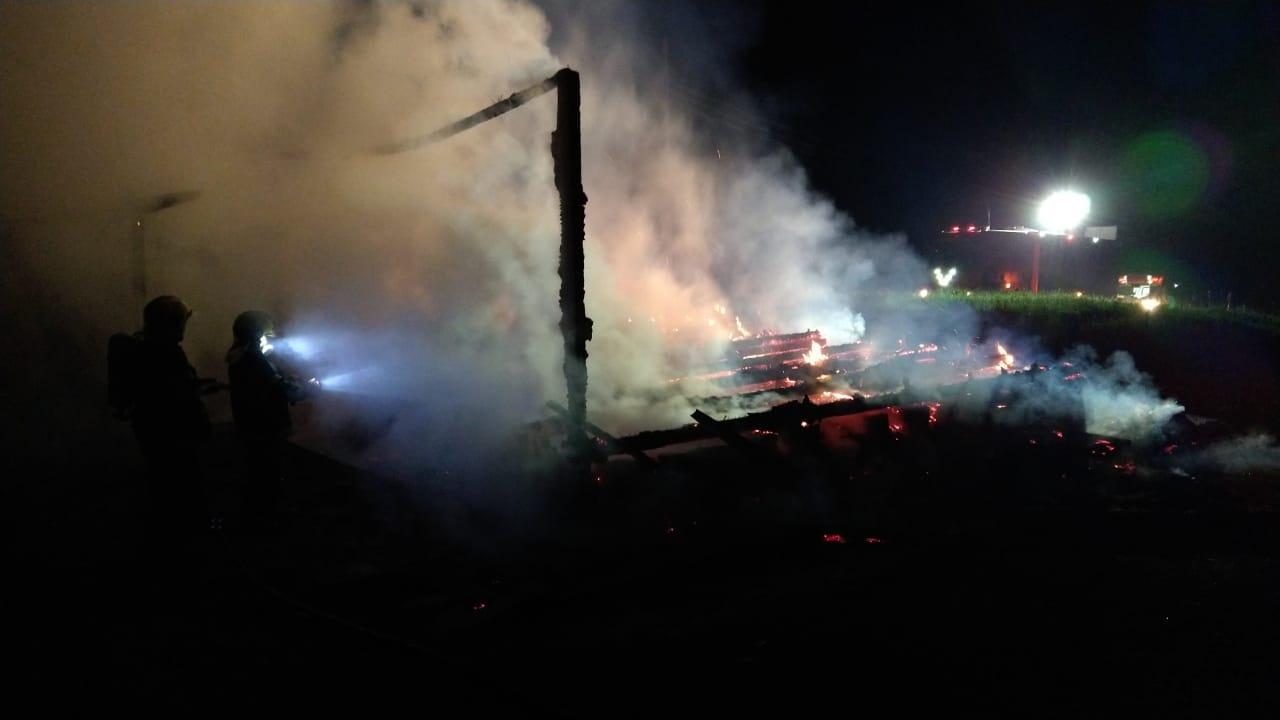 Quando os bombeiros chegaram, a casa já estava completamente destruída pelas chamas - Corpo de Bombeiros/Divulgação/ND