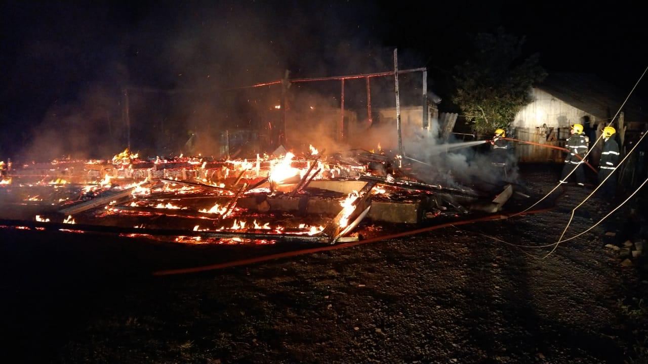 Filho do casal chamou os bombeiros depois do incêndio - Corpo de Bombeiros/Divulgação/ND