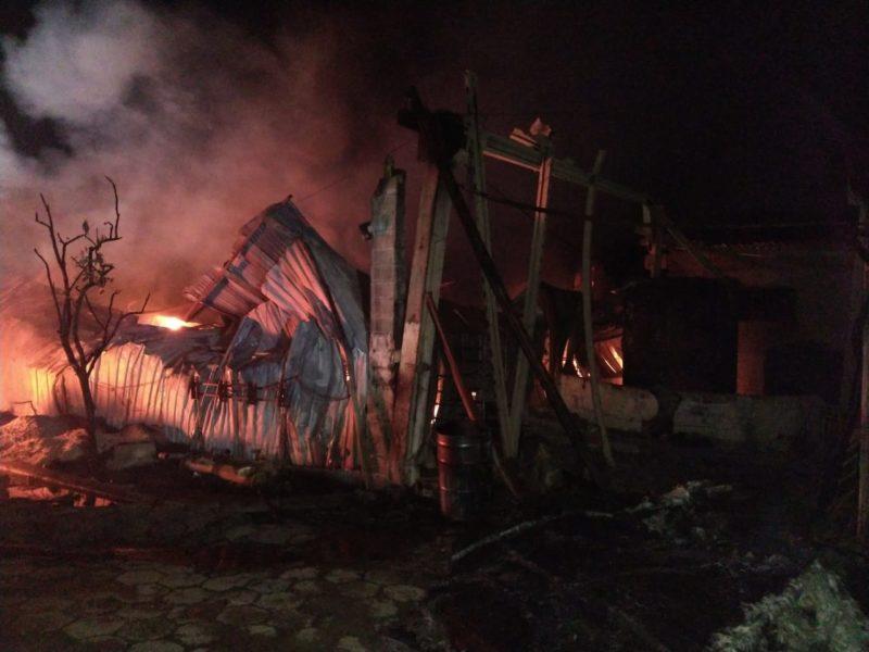 Bombeiros levaram quase sete horas para controlar o fogo que atingiu um pavilhão – Foto: Corpo de Bombeiros Militar/Divulgação/ND