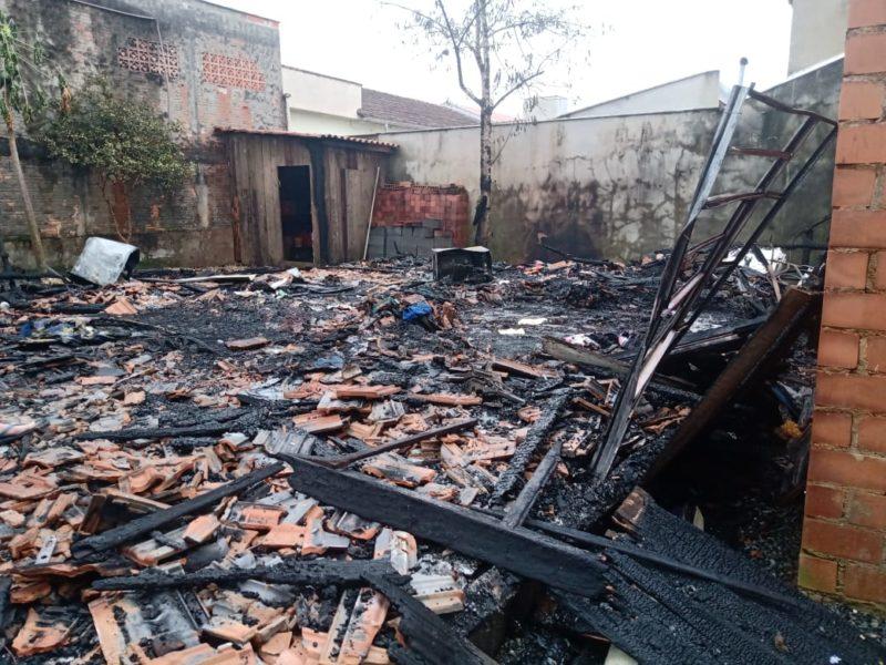 Incêndio aconteceu em uma casa de madeira e matou um homem – Foto: Gabriel Junior/Rádio Jaraguá/Divulgação/ND