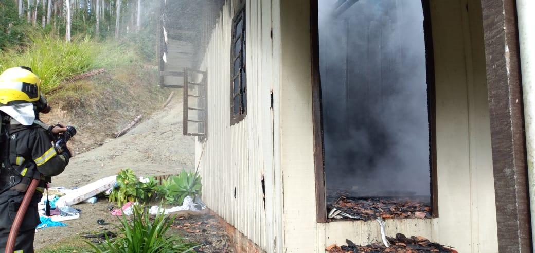 Fogão a lenha causou incêndio e destruiu parte de uma casa de madeira em Pouso Redondo, no Alto Vale do Itajaí - Divulgação/Corpo de Bombeiros