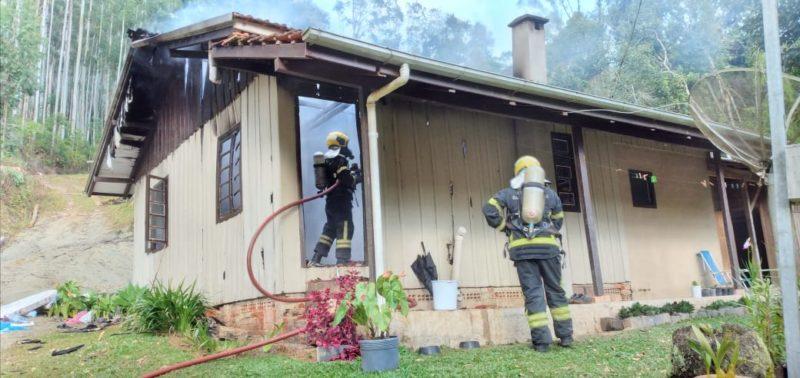 Fogão a lenha causou incêndio e destruiu parte de uma casa de madeira em Pouso Redondo, no Alto Vale do Itajaí – Foto: Divulgação/Corpo de Bombeiros