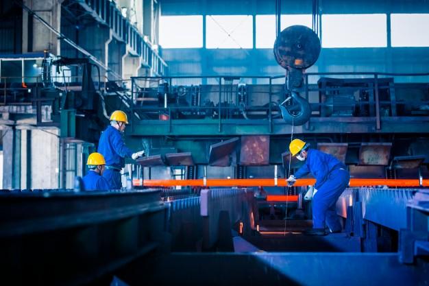 Homens trabalhando no setor de serviços, responsável por 68% do PIB catarinense