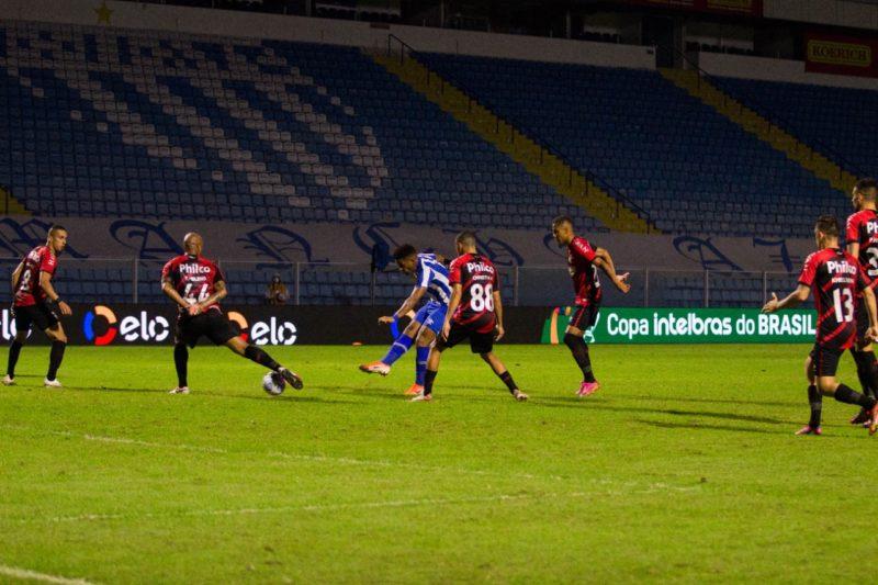 Jonathan, entre quatro marcadores, finaliza para empatar a partida – Foto: André Palma Ribeiro/Avaí F.C