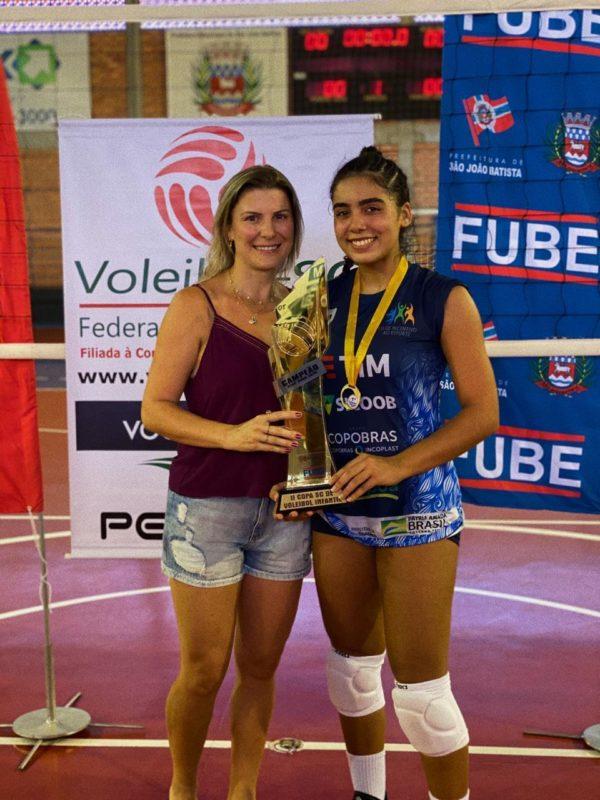 Júlia Carvalho com a mãe, Andreza Carvalho, e o troféu da II Copa Santa Catarina infantil de vôlei – Foto: Divulgação/ND