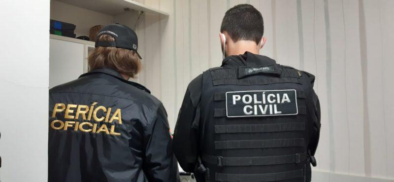 Policiais cumprem seis mandados de busca e apreensão em operação de combate à exploração sexual de crianças e adolescentes na internet. – Foto: Divulgação/ Polícia Civil