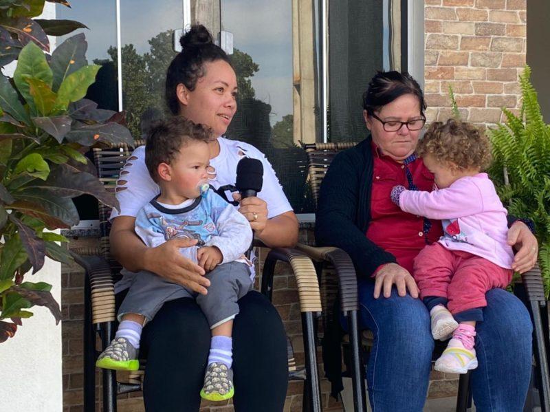 Gêmeos Miguel Antônio e Maria Helena Wickert, de 1 ano e 6 meses, foram levados para casa pela mãe antes do ataque – Foto: Willian Ricardo/ND