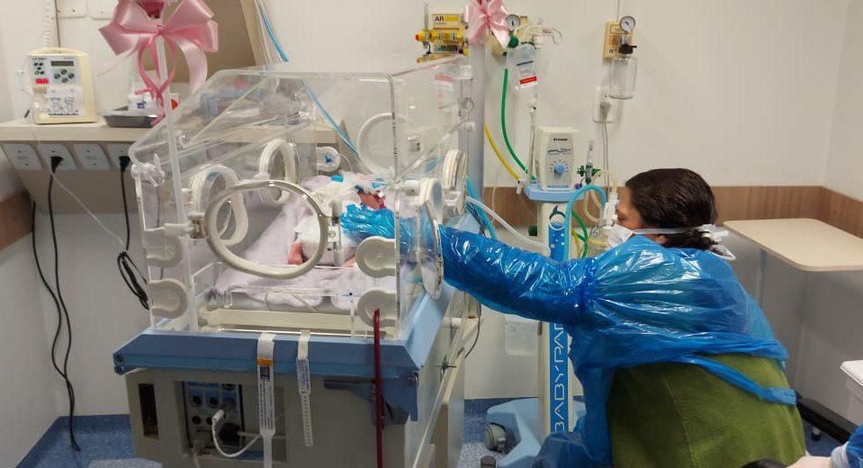 Mãe que deu à luz em UTI Covid chora ao conhecer filha um mês depois - Divulgação/HRAV