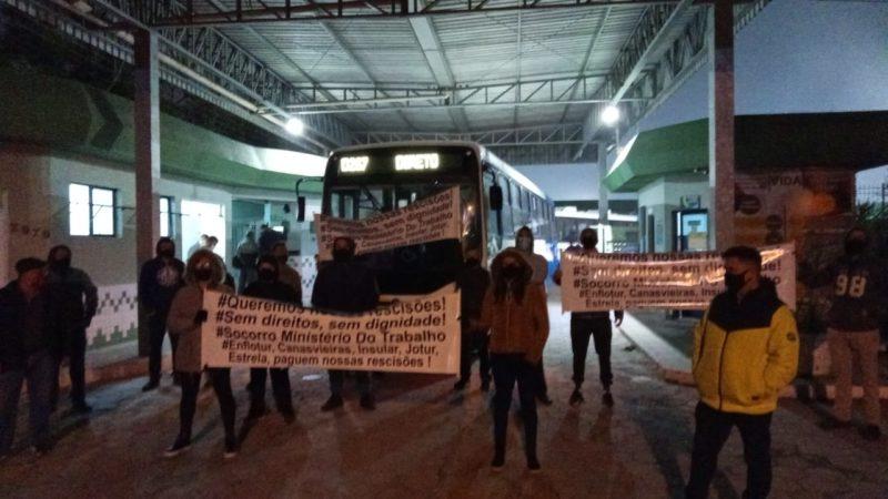 Manifestantes se reuniram no início da manha na garagem de uma empresa de ônibus