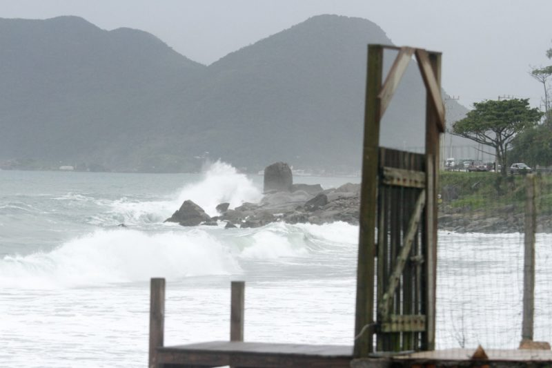 Mar agitado no Morro das Pedras na terça-feira (8)