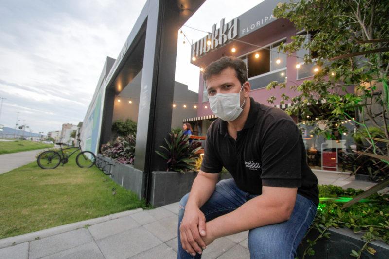 Marcelo Teixeira é morador do bairro e abriu uma padaria e cafeteria – Foto: Leo Munhoz/ND