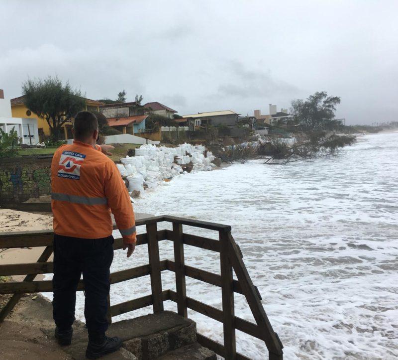 Defesa Civil de Florianópolis alerta moradores do Morro das Pedras para a previsão de chuva volumosa – Foto: Divulgação/DC Florianópolis