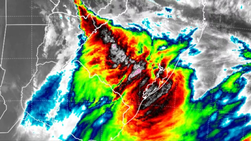 Previsão do tempo para esta quinta-feira é de chuva e a imagem de satélite das 6h da manhã mostra uma frente fria atravessando o Rio Grande do Sul – Foto: MetSul/Divulgação/ND