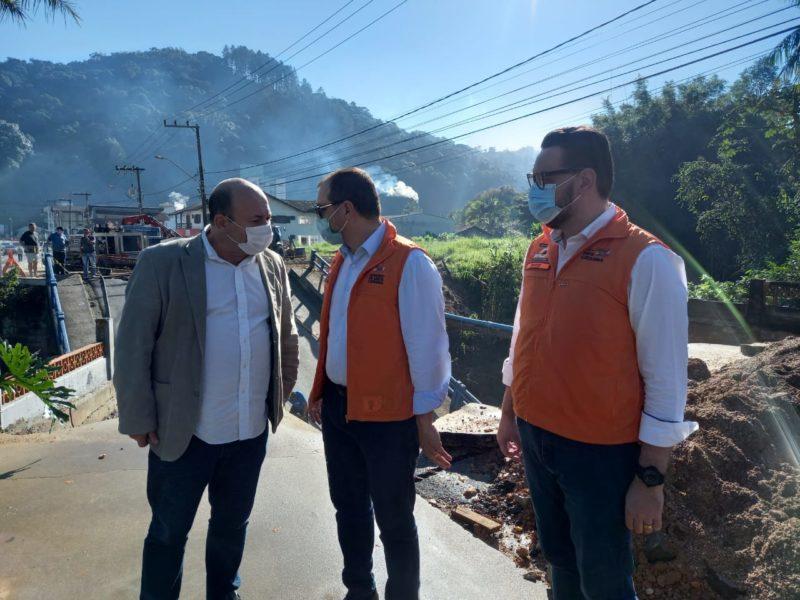 Secretário da Defesa Civil, David Busarello e o Governador Carlos Moisés prestaram solidariedade ao prefeito de Brusque, Ari Vequi – Foto: Secom/Divulgação