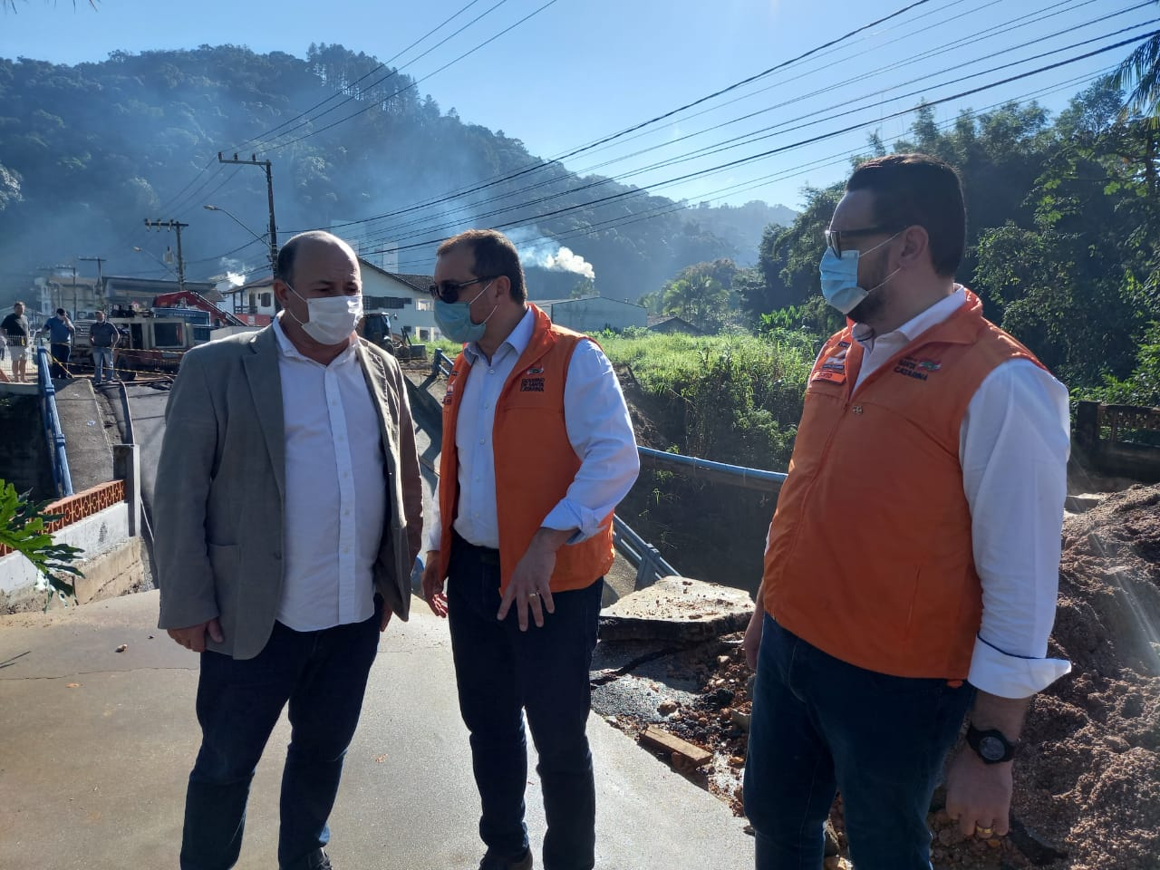 Secretário da Defesa Civil, David Busarello e o Governador Carlos Moisés prestaram solidariedade ao prefeito de Brusque, Ari Vequi - Secom Brusque/Divulgação