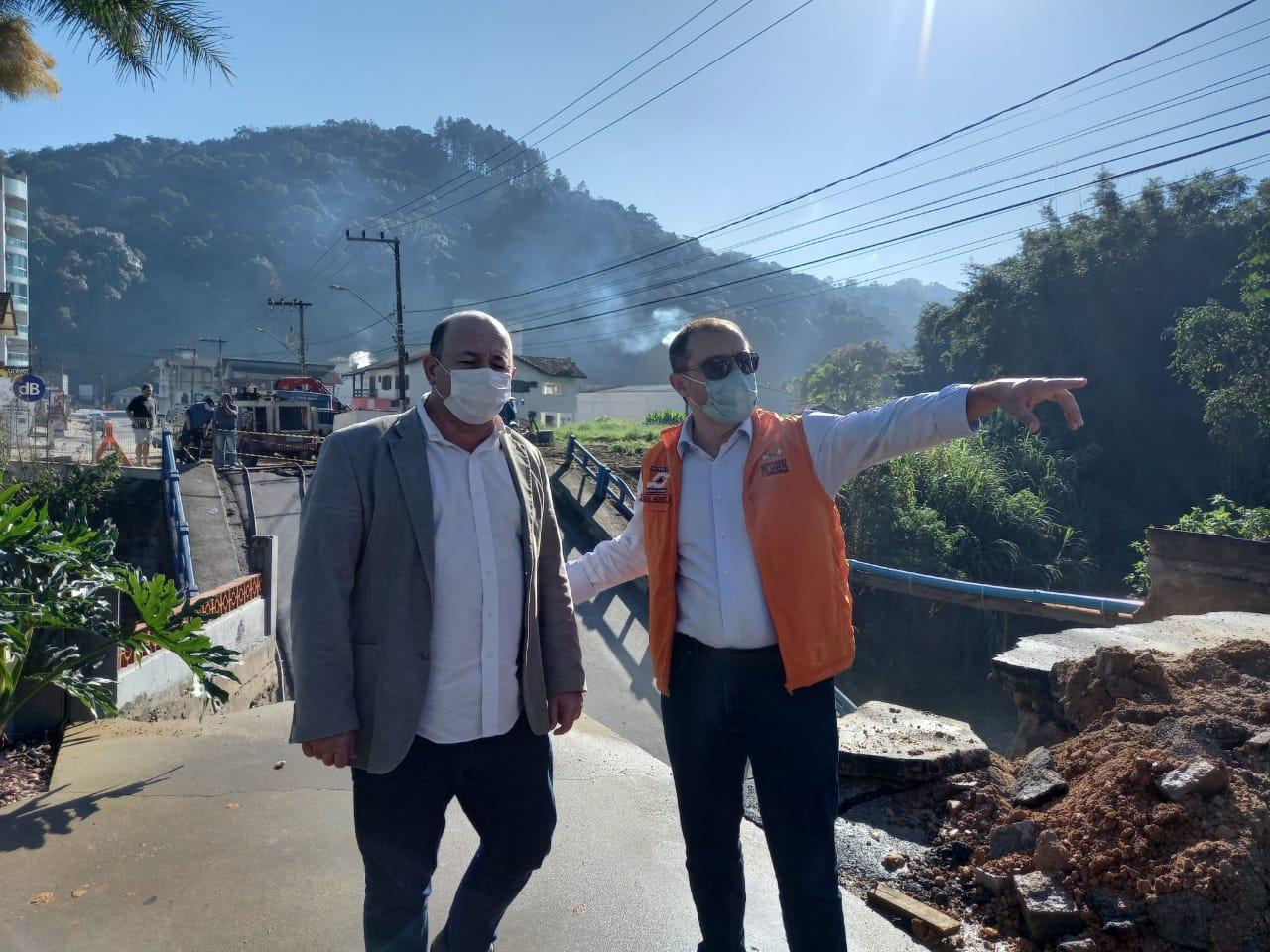 Governador Carlos Moisés visita ponte que desabou no bairro Guarani, em Brusque - Secom Brusque/Divulgação