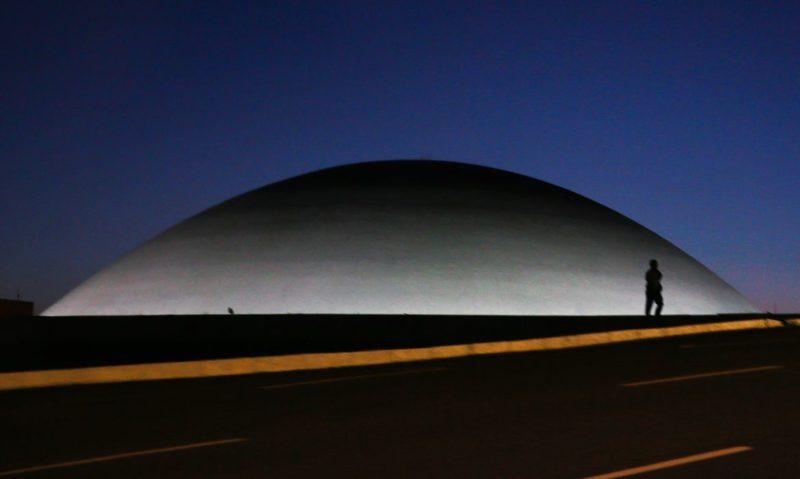 A cúpula menor, voltada para baixo, abriga o Plenário do Senado Federal. – Foto: Marcello Casal Jr/ Agência Brasil/ND