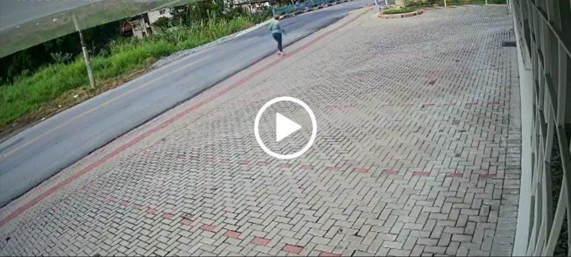 Imagens de câmeras de segurança mostram mulher caindo em buraco aberto por ponte que cedeu em Brusque; motociclista se salva por segundos – Foto: Reprodução/Divulgação/ND