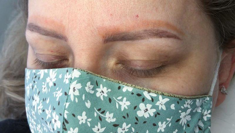 Mulher fica com quatro sobrancelha após realizar procedimento – Foto: Studio Karen Kirchner/Divulgação/ND