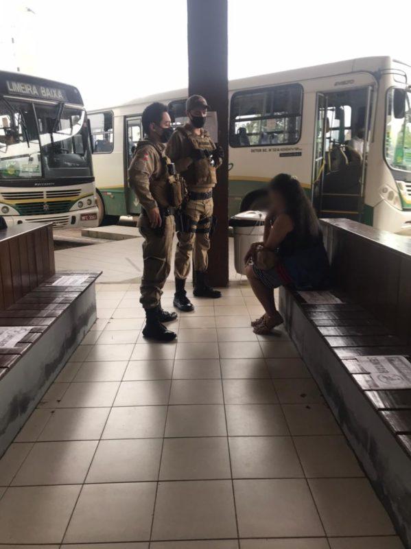 Mulher recebeu voz de prisão por desacatar policiais e se recusar a usar máscara – Foto: Secom/Divulgação
