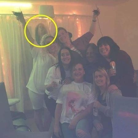 Mulher tira foto com amigos e flagra suposto fantasma – Foto: Dvulgação/ND