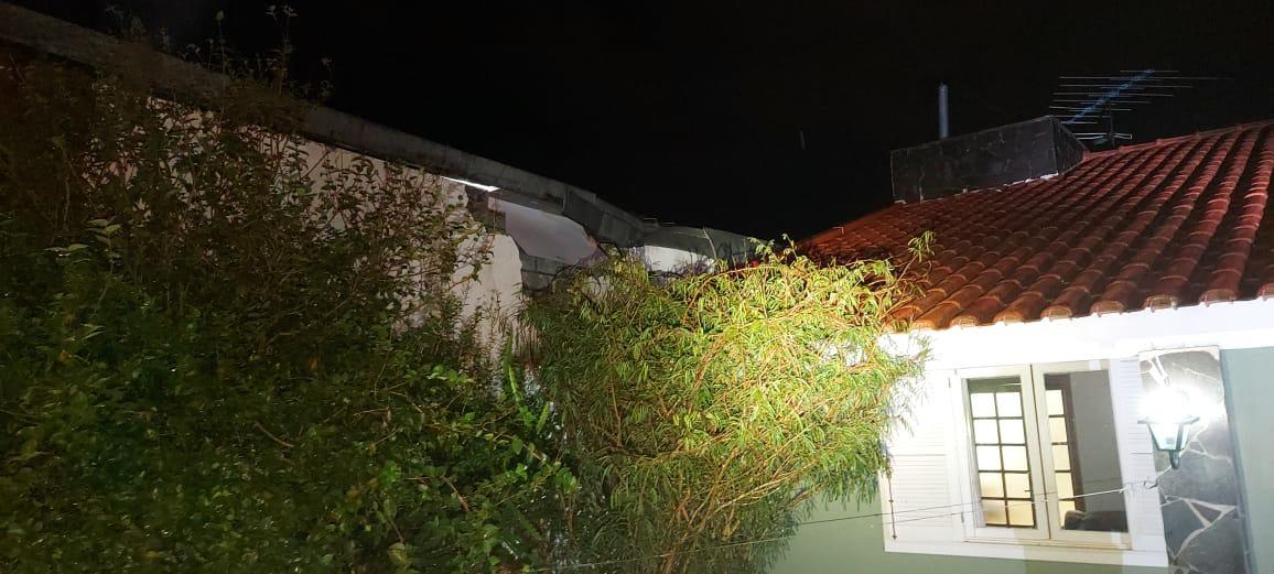 Queda de material de construção afetou parte do muro - Defesa Civil/Divulgação/ND