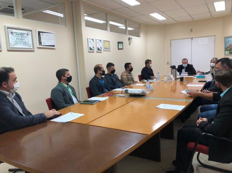 Prefeito teve reunião com representantes de instituições financeiras e estabelecimentos comerciais para discutir ações para evitar aglomerações nas filas. – Foto: Divulgação