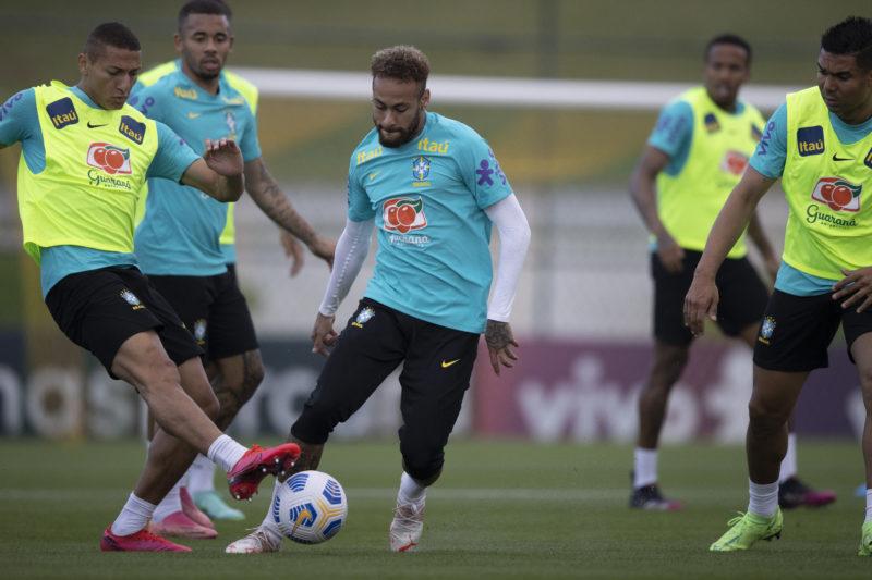 Neymar e RIcharlison dividem a bola em treino do Brasil – Foto: Lucas Figueiredo/CBF