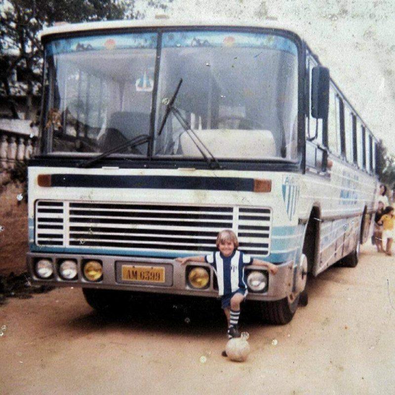 """Entre as décadas de 1980 e 1990, o ônibus do Avaí por onde passava atraía as atenções. Apelidado de """"trovão azul"""" e guiado pelo simpático motorista José H. Wertarb, o popular Jarrão, o ônibus, aos poucos, foi sendo sucateado, permanecendo mais na oficina que à disposição dos próprios jogadores. – Foto: Acervo Fábio Westarb/ND"""