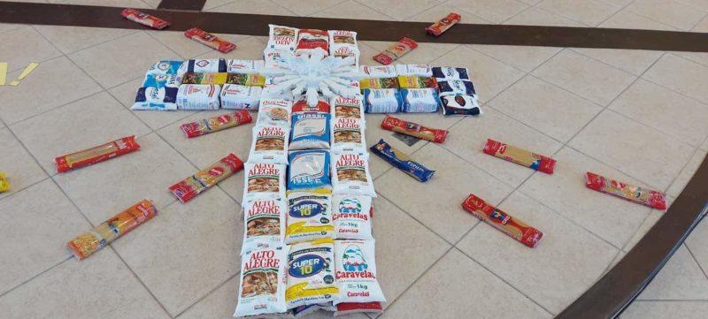 Na paróquia Santa Luzia, no bairro Paranaguamirim, alimentos também foram utilizados na confecção dos tapetes personalizados – Foto: Divulgação/ND
