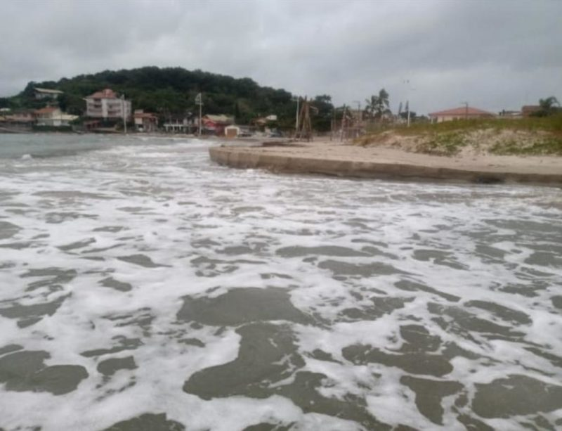 Mar invadiu praia da Pinheira, em Palhoça – Foto: Reprodução/Redes sociais/Walter João Jorge Junior/ND
