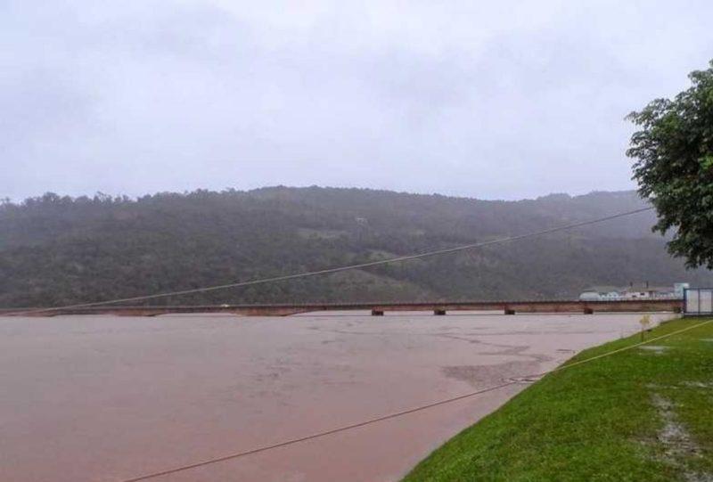Ponte sobre o Uruguai entre Nonoai/RS e Chapecó foi interditada pelo alto nível do rio – Foto: Fabiana Faé/Reprodução