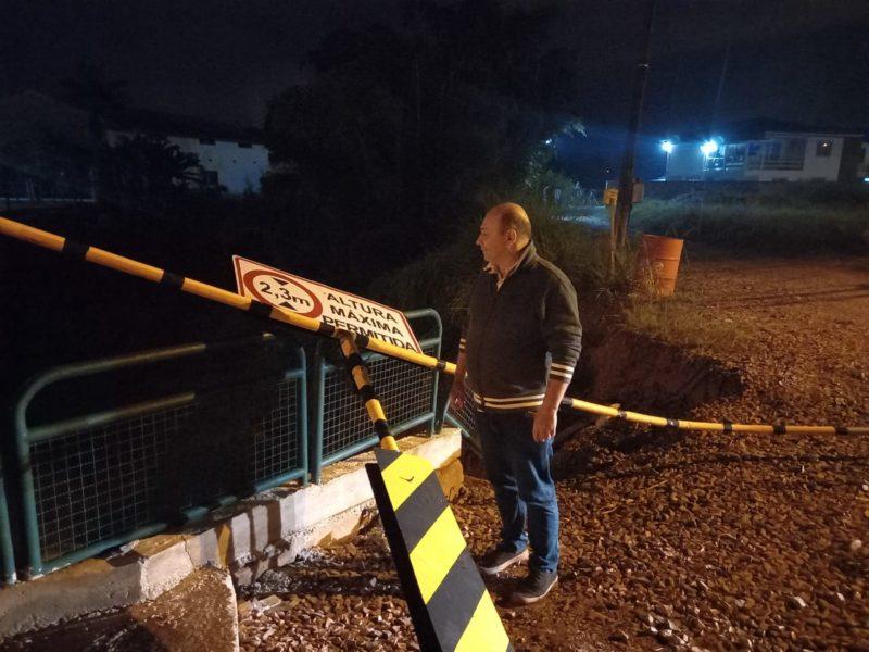 Estrutura tinha uma trave de sinalização, que foi danificada. O prefeito Ari Vequi (MDB) esteve no local – Foto: Prefeitura de Brusque/Divulgação