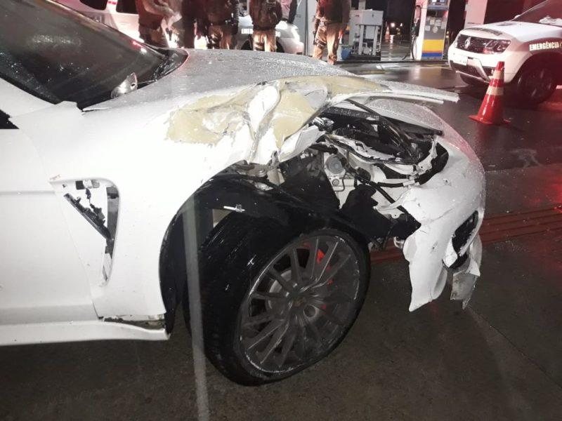 Porsche branco ficou com lateral destruída, após colisão com Saveiro estacionada em Criciúma – Foto: Divulgação