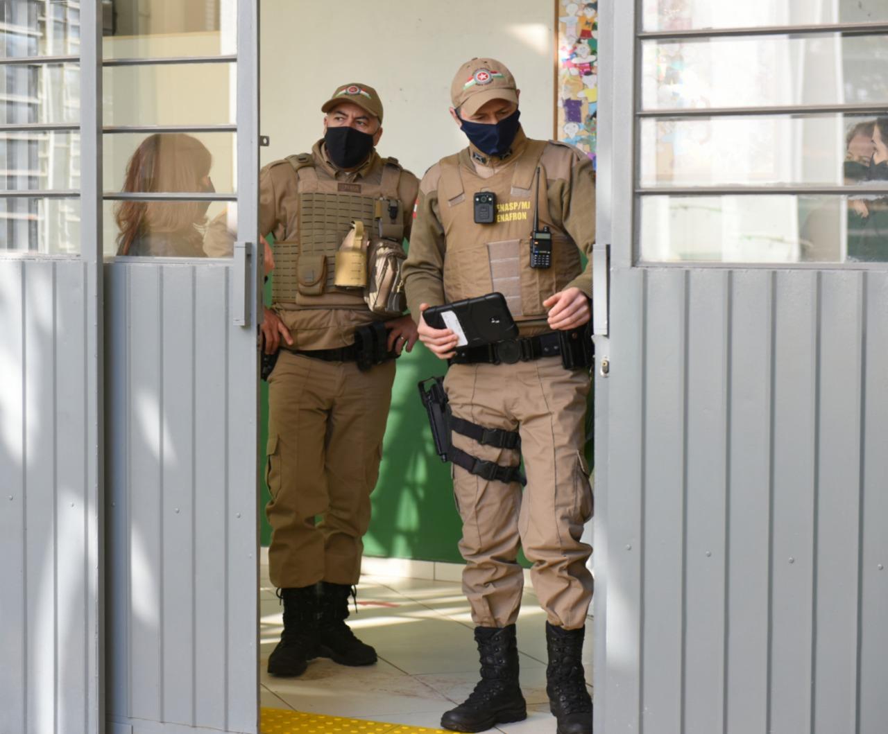 Policiais realizam visitas nas escolas para orientação. - Prefeitura de Chapecó/Divulgação/ND