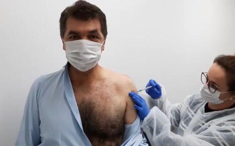 Prefeito de Criciúma recebeu a primeira dose da vacina contra a Covid-19 na UBS do bairro Vila Zuleima – Foto: Reprodução/ND