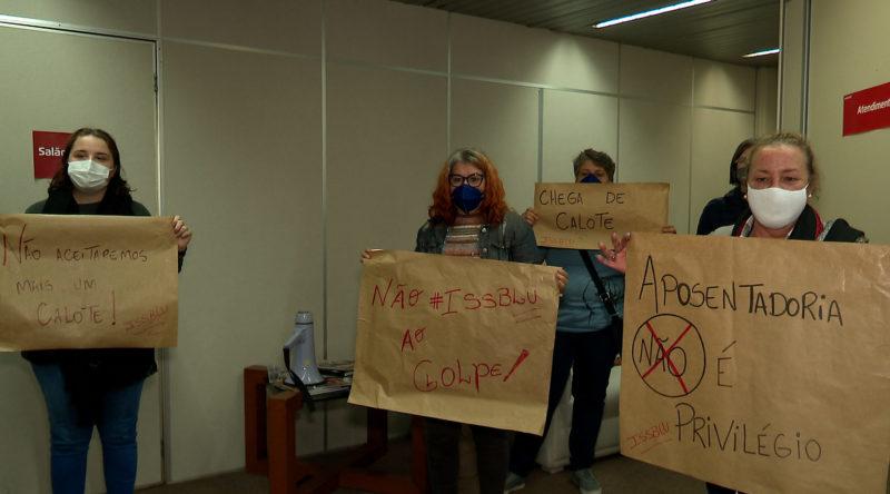 Protesto foi realizado desde o início da manhã no prédio da Prefeitura de Blumenau – Foto: Vinícius Bretzke/NDTV