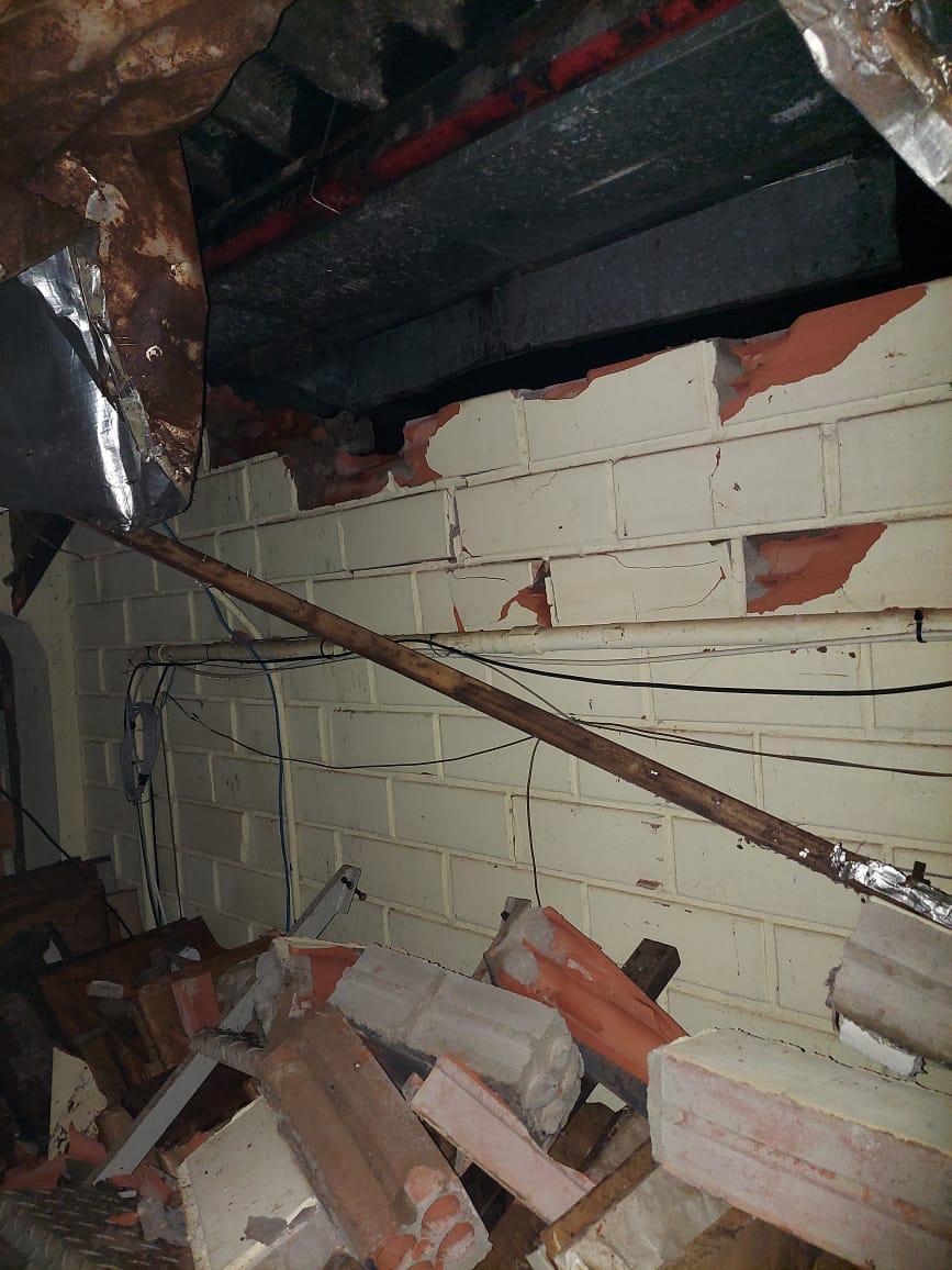 Queda de material de construção destruiu o telhado - Defesa Civil/Divulgação/ND